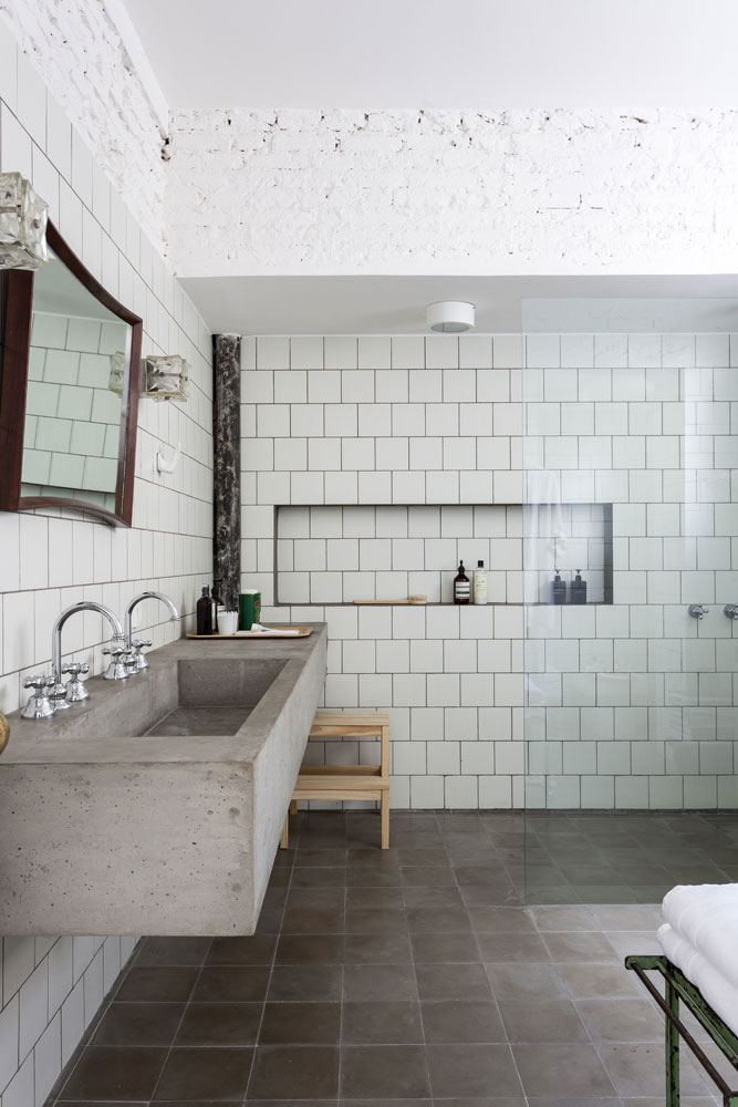 Renovated Apartment in São Tomás Building with Mid-Century Lighting 13