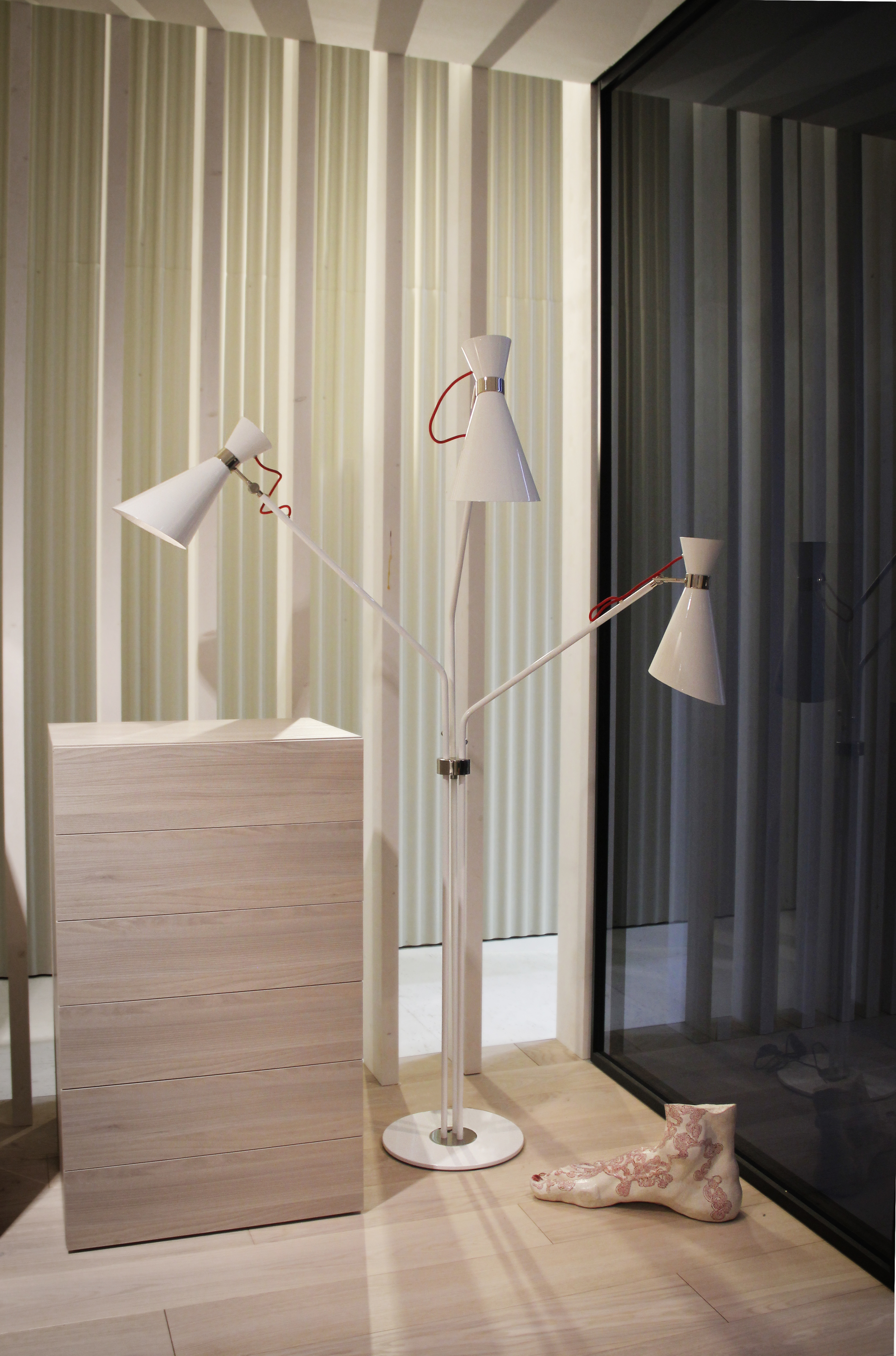 4 Modern Floor Lamps To Be Seen At 100% Design! modern floor lamps 4 Modern Floor Lamps To Be Seen At 100% Design! 4 Modern Floor Lamps To Be Seen At 100 Design 3